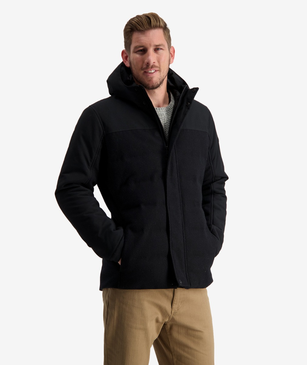 The Swanndri Men's Karamea Insulated Jacket in Black is guaranteed to keep you warm, with Primaloft Thermaplume through the body.